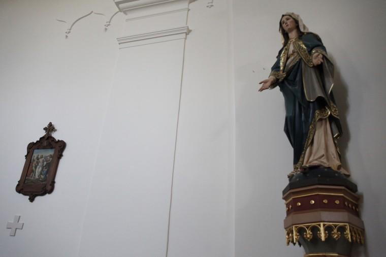 """Cette statue de la Vierge a été retrouvée sur un tas de gravats après la guerre. Un petit """"miracle"""", selon le Père Gordan..."""