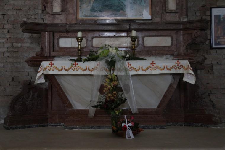 L'autel a été dynamité par l'armée serbe pendant le siège. Il a été reconstitué à partir de huit morceaux principaux.