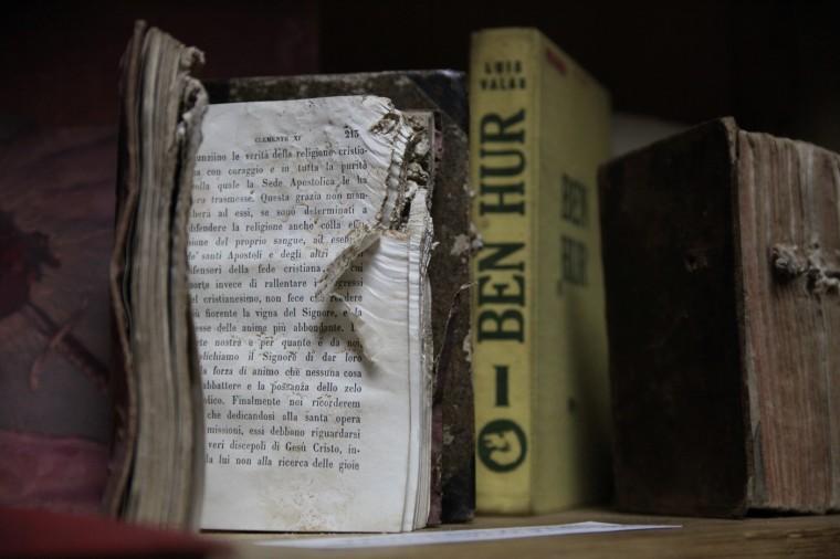 Ces livres ont échappé de peu à la destruction. Ils gardent dans leurs pages les marques de la guerre.
