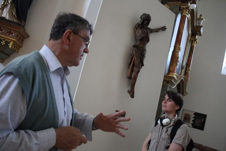 """La statue du Christ en bois a été abîmée pendant la guerre. C'est l'un des emblèmes du """"martyre de la ville"""", explique le père Gordan."""