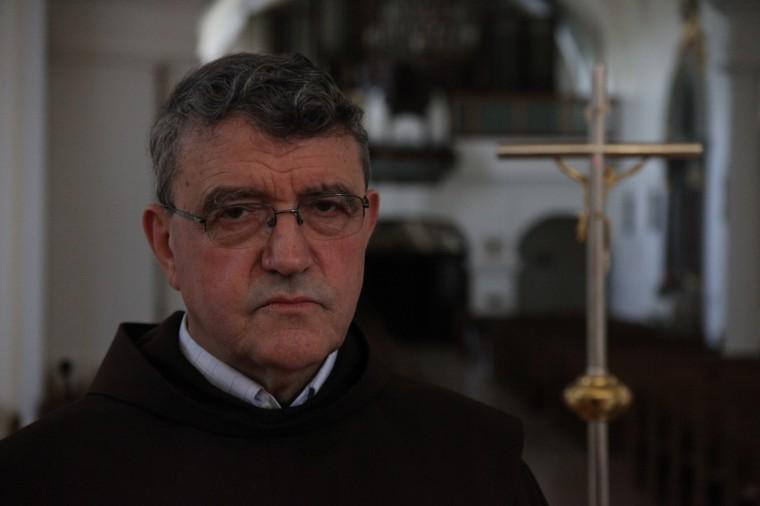 Après des études à Strasbourg, le père Gordan est arrivé  à Vukovar après la guerre, en 2006. Il aide comme il peut les victimes qui veulent surtout oublier leur passé traumatique.