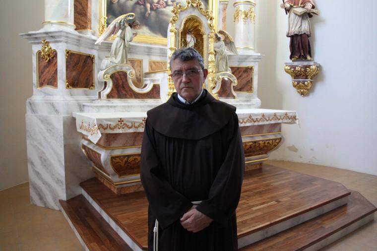 Le père Gordan n´a pas connu la guerre á Vukovar, mais il a fini par la connaitre par la douleur de ses fidèles. Il a tenu á mettre sa bure pour la photo.