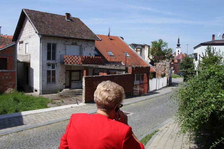 Vukovar a été détruit à plus de 50% par l'armée nationale yougoslave (JNA) dirigée par les Serbes. Grâce aux fonds européens et à un impôt spécial, la ville a été en grande partie rénovée, mais des traces du siège subsistent.