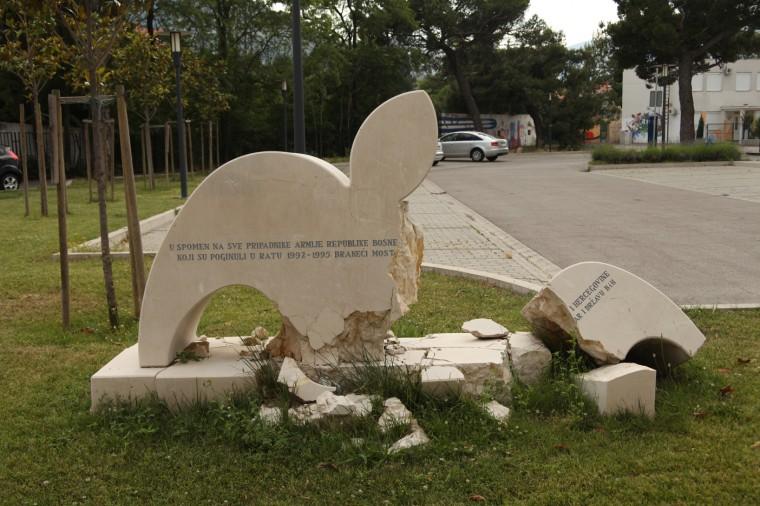Cette stèle commémorait les soldats bosniaques tués au combat à Mostar. Elle se trouve dans la partie ouest de la ville, majoritairement croate. Elle a été détruite à l'explosif en 2013.