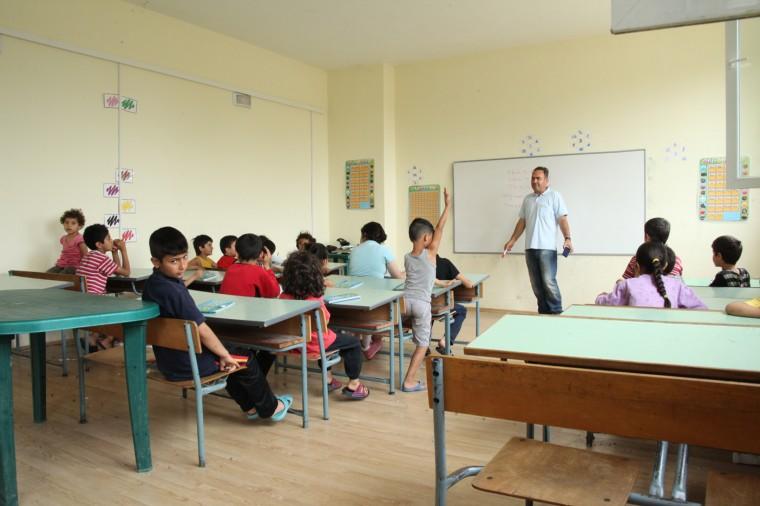 Des cours d'anglais et d'allemand ont été spontanément organisés par les réfugiés. Un horaire pour les enfants et un autre pour les adultes.