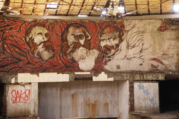 Lénine, Marx et Engels veillent sur les lieux.