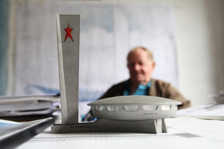 La maquette de Buzludzha au premier plan, et son architecte G. Stoilov derrière.