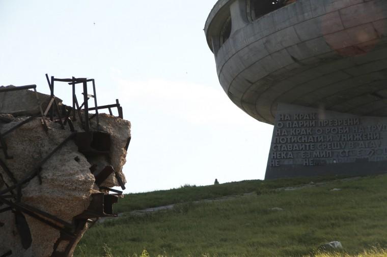 """L'édifice est souvent appelé """"l'OVNI"""" en raison de sa forme de soucoupe spatiale."""