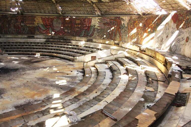 Vue intérieure de la salle de conférence du siège du parti: 500 mètres carré.