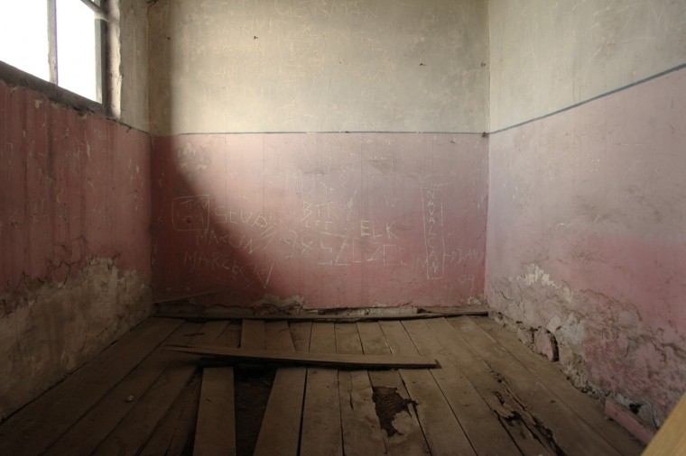 Les peintures de certaines baraques sont d'origine... mais il faut à présent les traiter pour ne pas qu'elles disparaissent complètement.
