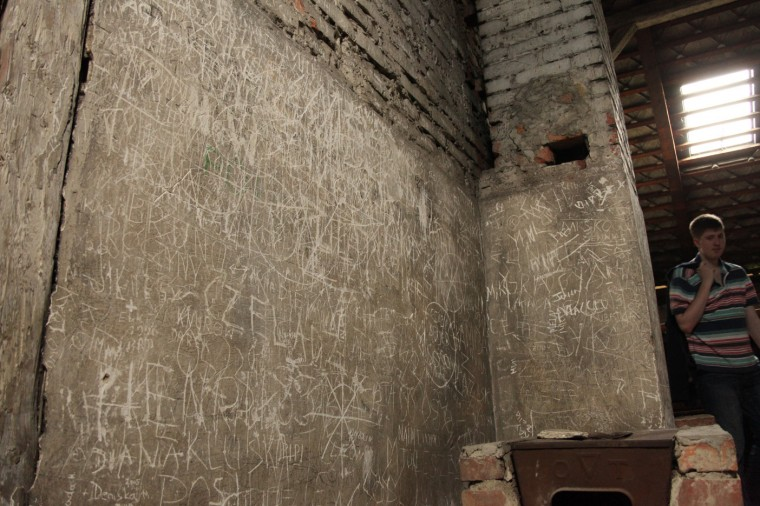 Les graffitis des visiteurs font désormais partie de l'histoire des lieux et s'accumulent avec les années.