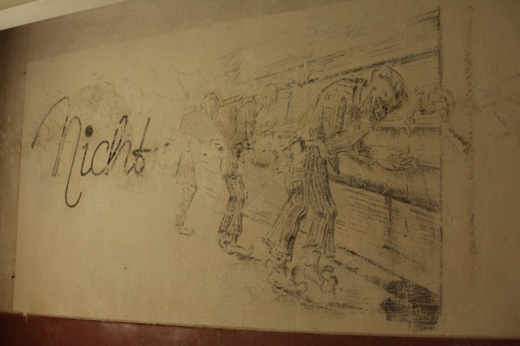Peinture murale réalisée par un déporté à la demande d'un gardien du camp. Elle n'a été découverte qu'il y a peu de temps, lors de travaux de réfection.