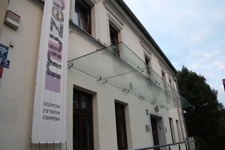 Le musée a ouvert en 2000 mais a été entièrement rénové en 2014. Il accueille deux expositions: l'une sur l'histoire des Juifs de la ville depuis le Moyen-âge, et la seconde sur l'après-Shoah.
