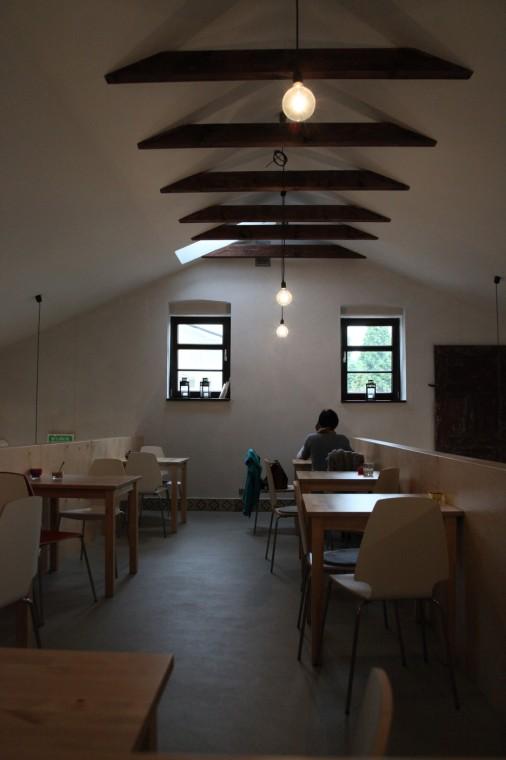 Inauguré en mai 2014, le café est devenu un centre attractif tant pour les jeunes de la ville que pour les quelques touristes de passage.